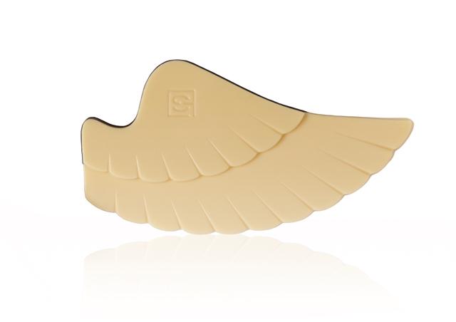 fluegel eines engels aus weißer schokolade mit handgefertigtem muster