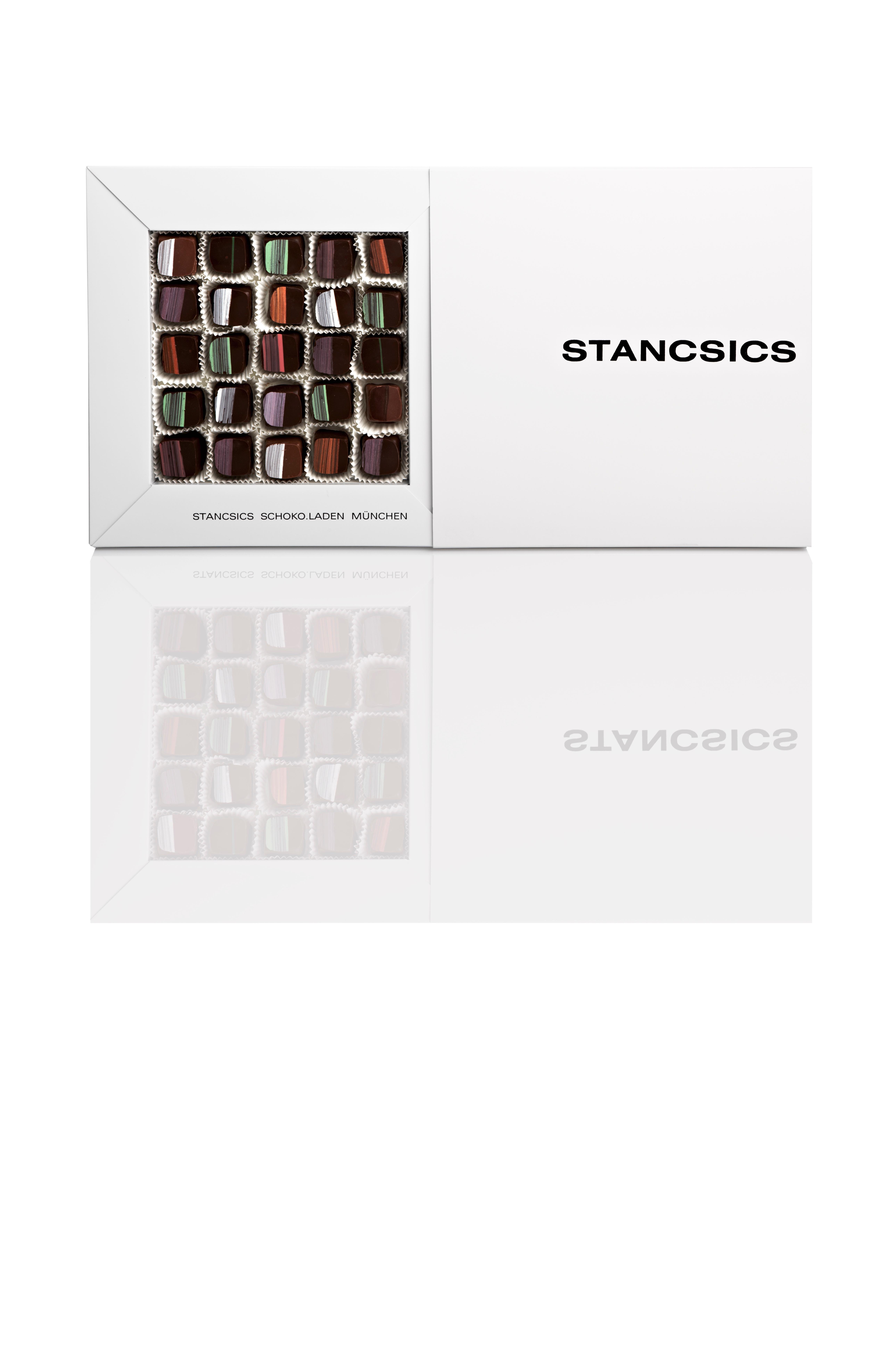 edles schokoladengeschenk mit pralinen befuellt auf weißem hintergrund